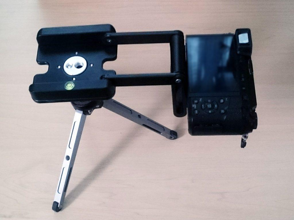 俯瞰撮影アタッチメントにミニ三脚&デジタルカメラをセット