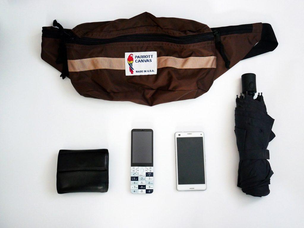 ボディバッグと財布、ケータイ、スマホ、折り畳み傘