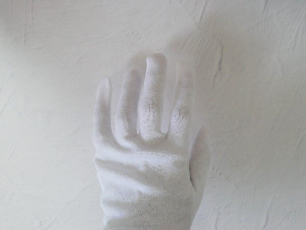ナイトケア手袋を左手にはめたところ