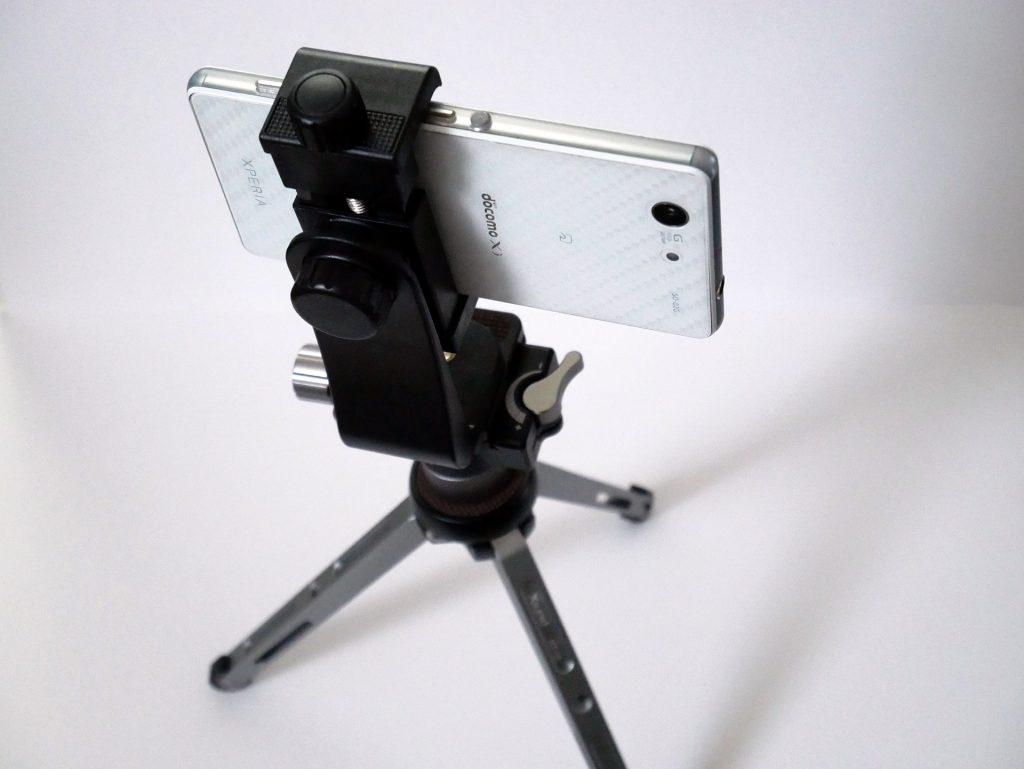 アルミ製ミニ三脚にスマホホルダーをセットした画像