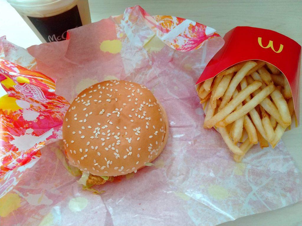 「AQUOS sense3 SH-M12」で撮影したマクドナルドのハンバーガーとポテト、ドリンクの写真