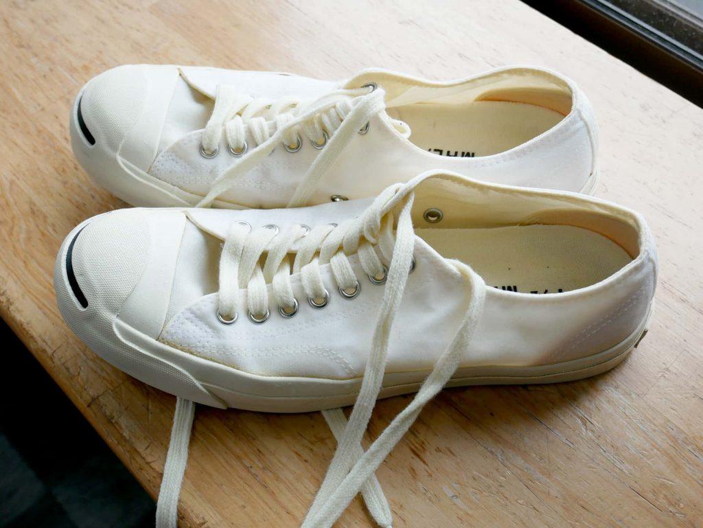 洗濯した後の白いスニーカーの写真