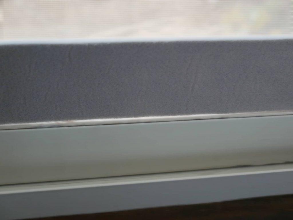 ニトムズの結露吸水テープを窓に貼った状態