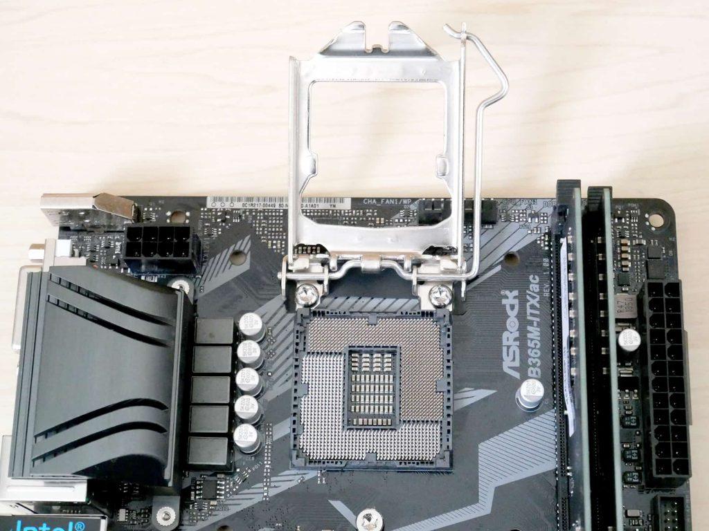CPUソケットの固定レバーを上げた状態