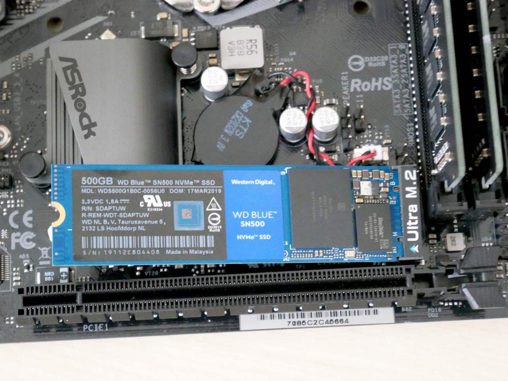 SSDをM.2ソケットに挿し込む