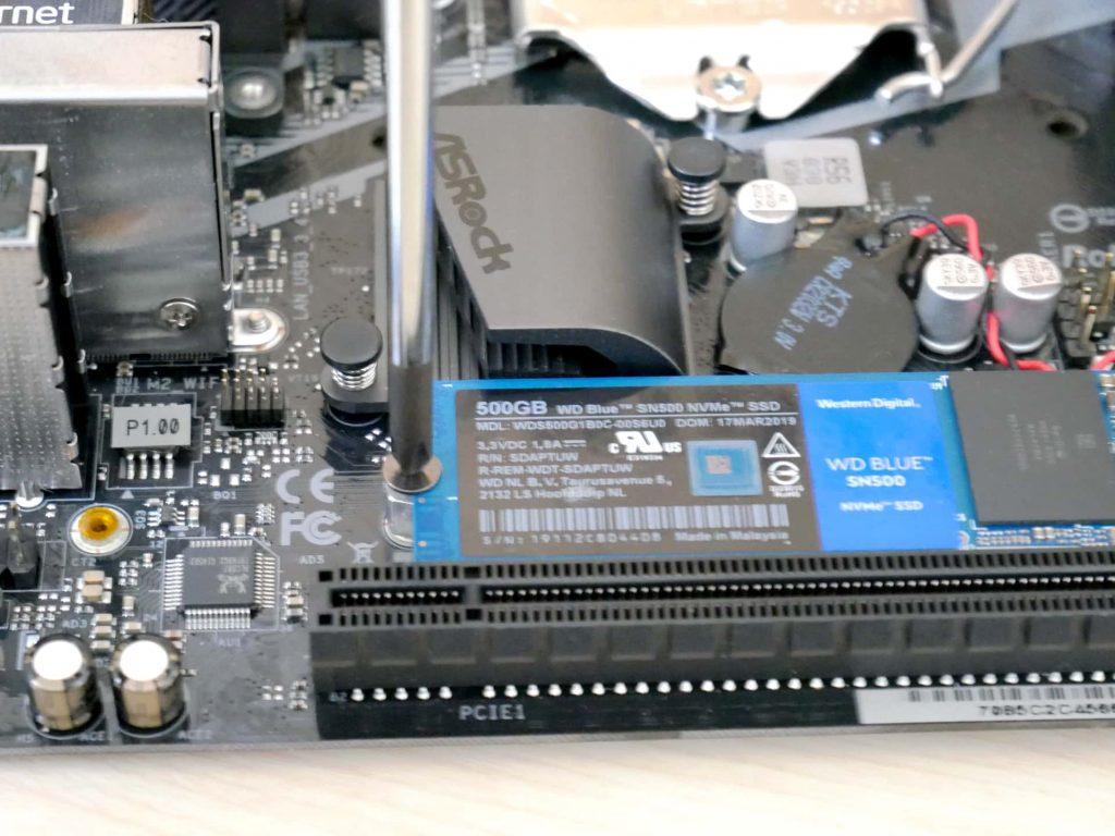 M.2 SSDをネジで固定