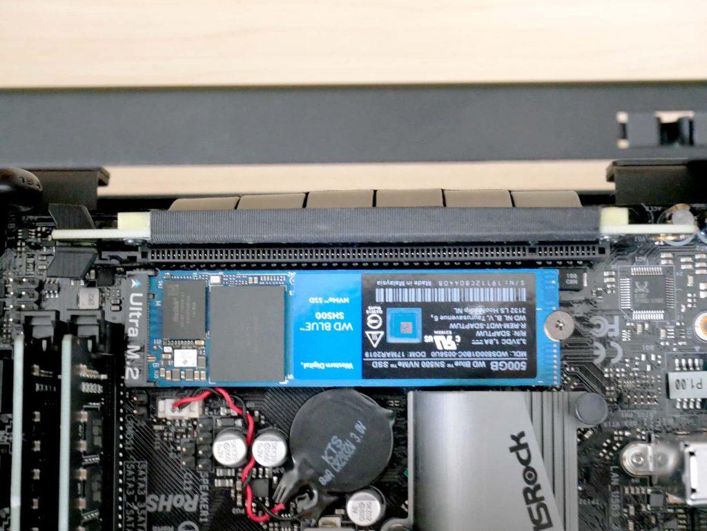 ライザーケーブルをスロットに接続