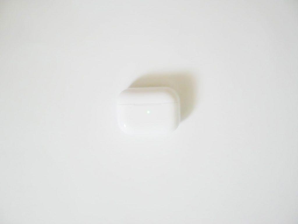 AirPods Proケースの緑に光るLEDインジケータ