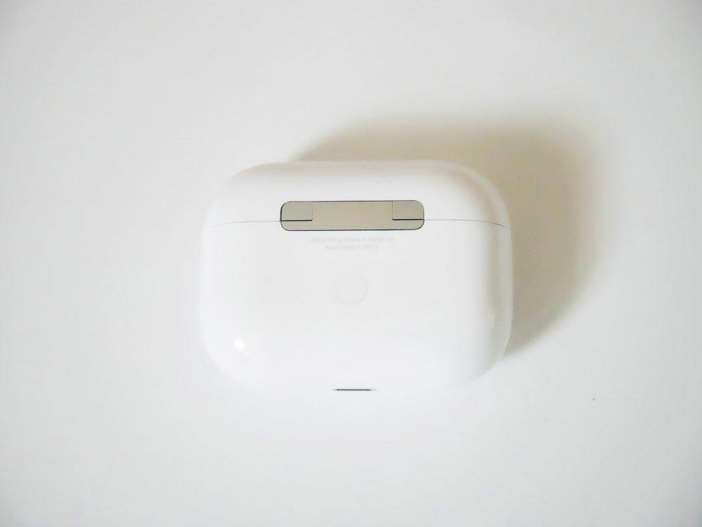 AirPods Proケース背面のリセットボタン