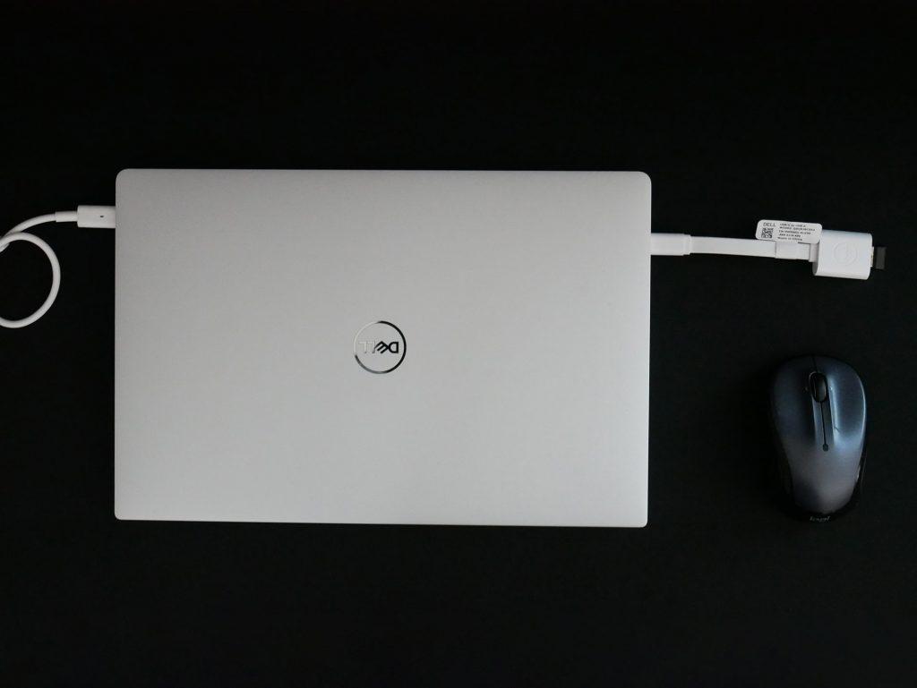 Amazonベーシック 拡張ゲーム用マウスパッドに置かれたノートPCとマウス