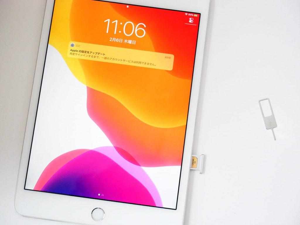 SIMトレイを取り出した状態のiPad miniとSIMピン