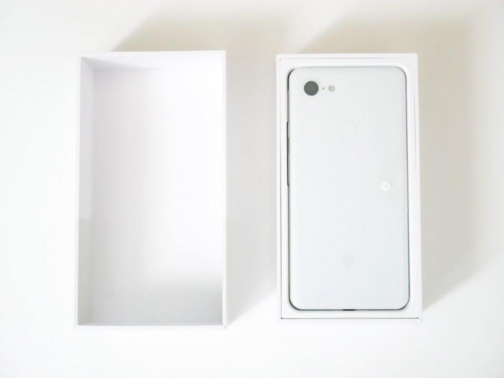 Google Pixel 3 XLパッケージの蓋を開けた状態