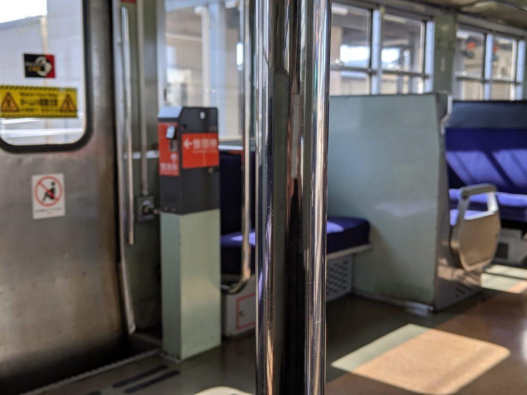 Google Pixel 3 XLで撮影した電車内のポール