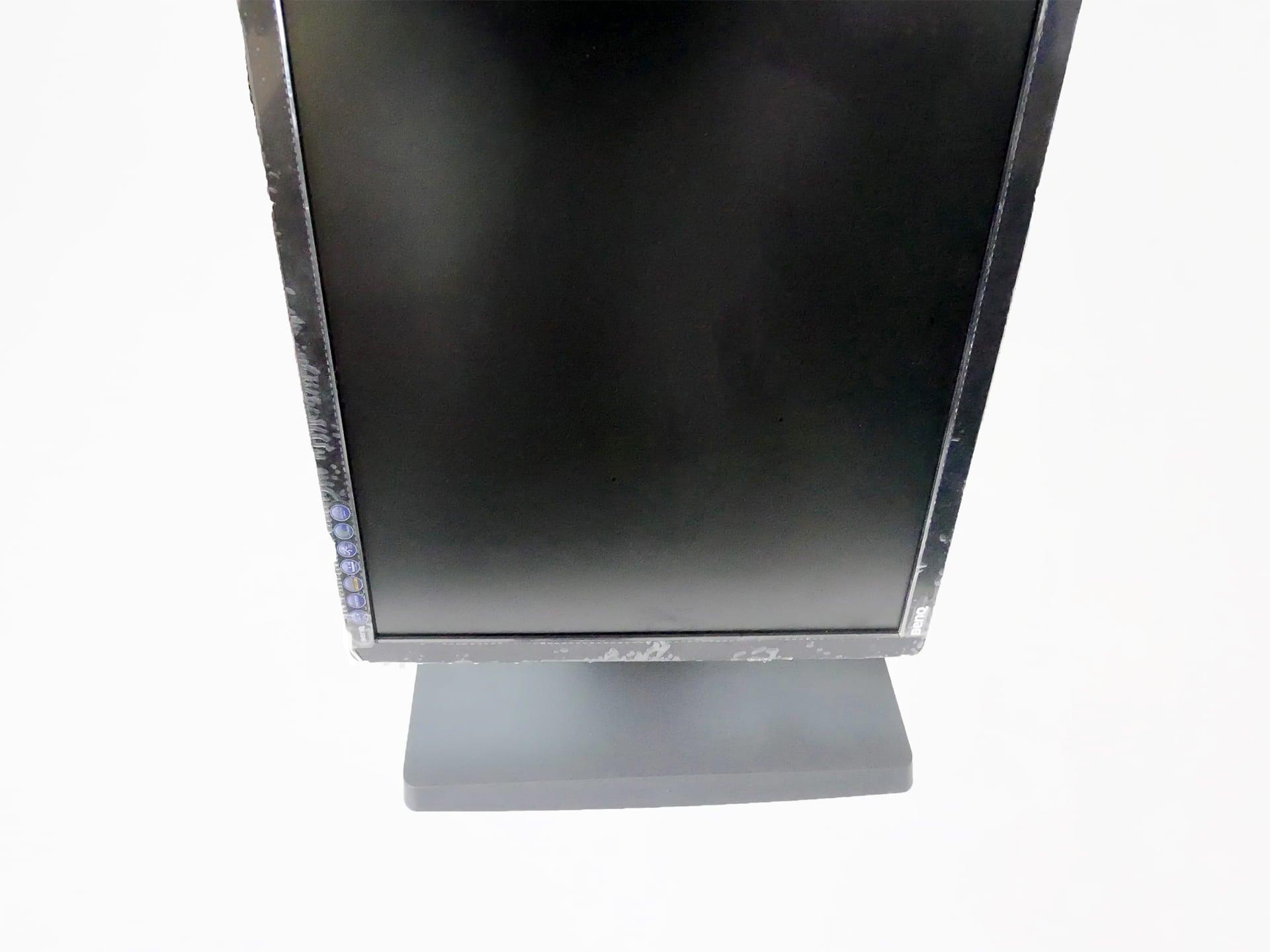 Amazonベーシック LCDモニタースタンドで縦にモニタを回転させた状態