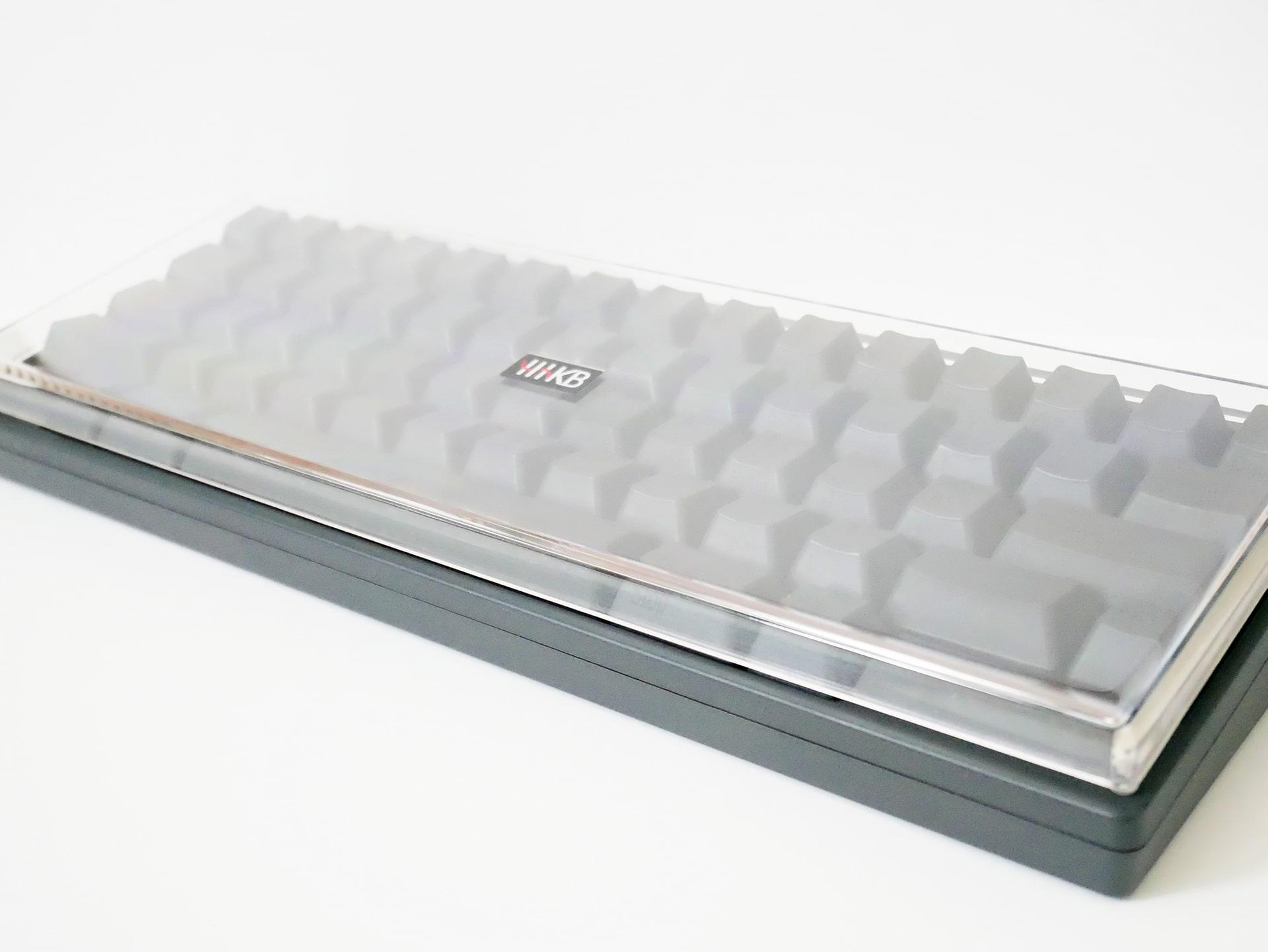 斜めから撮影したHHKB Professional HYBRID Type-Sとキーボードルーフ