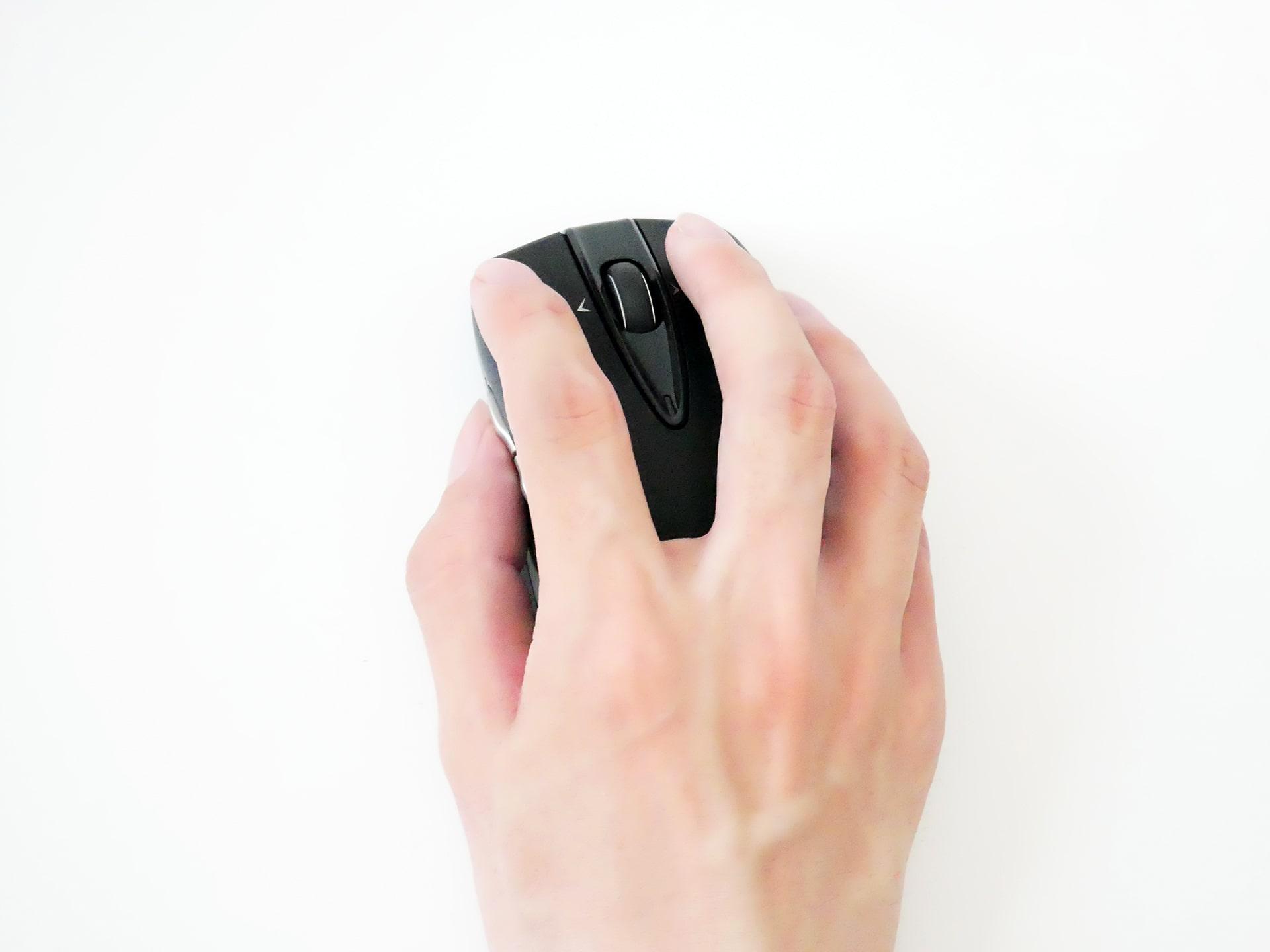 Logicool Wireless Mouse M546を手で持った状態の写真