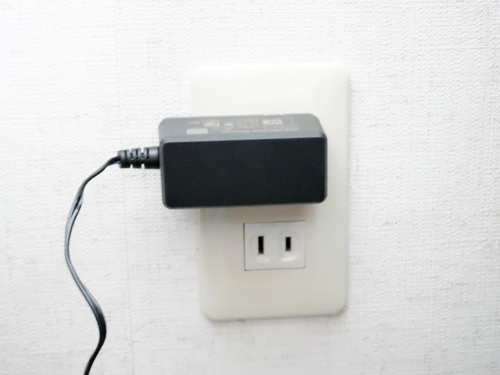 ACアダプターを壁のコンセントに接続