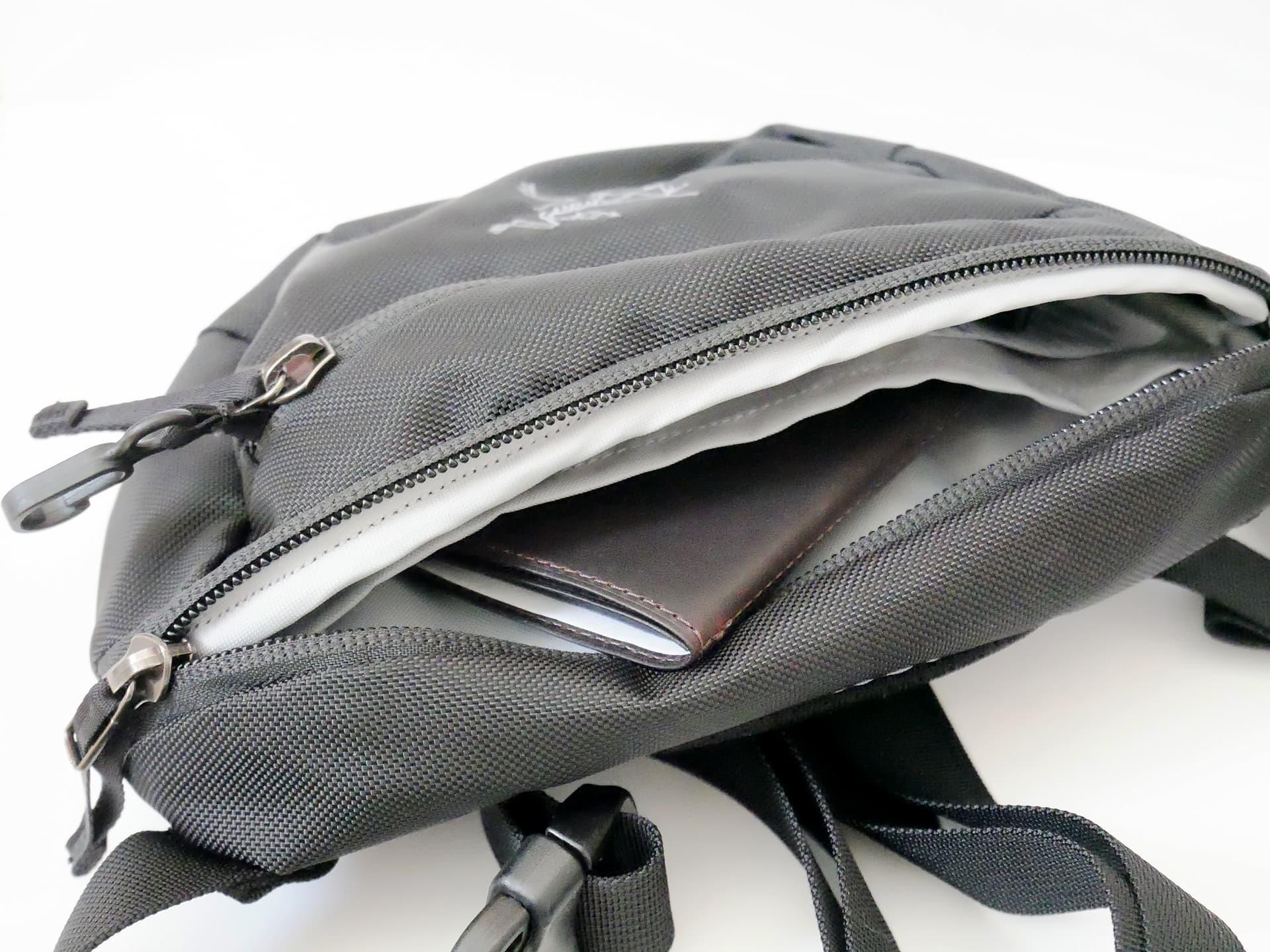アークテリクス MAKA 1 内側ポケットに小物を入れている様子