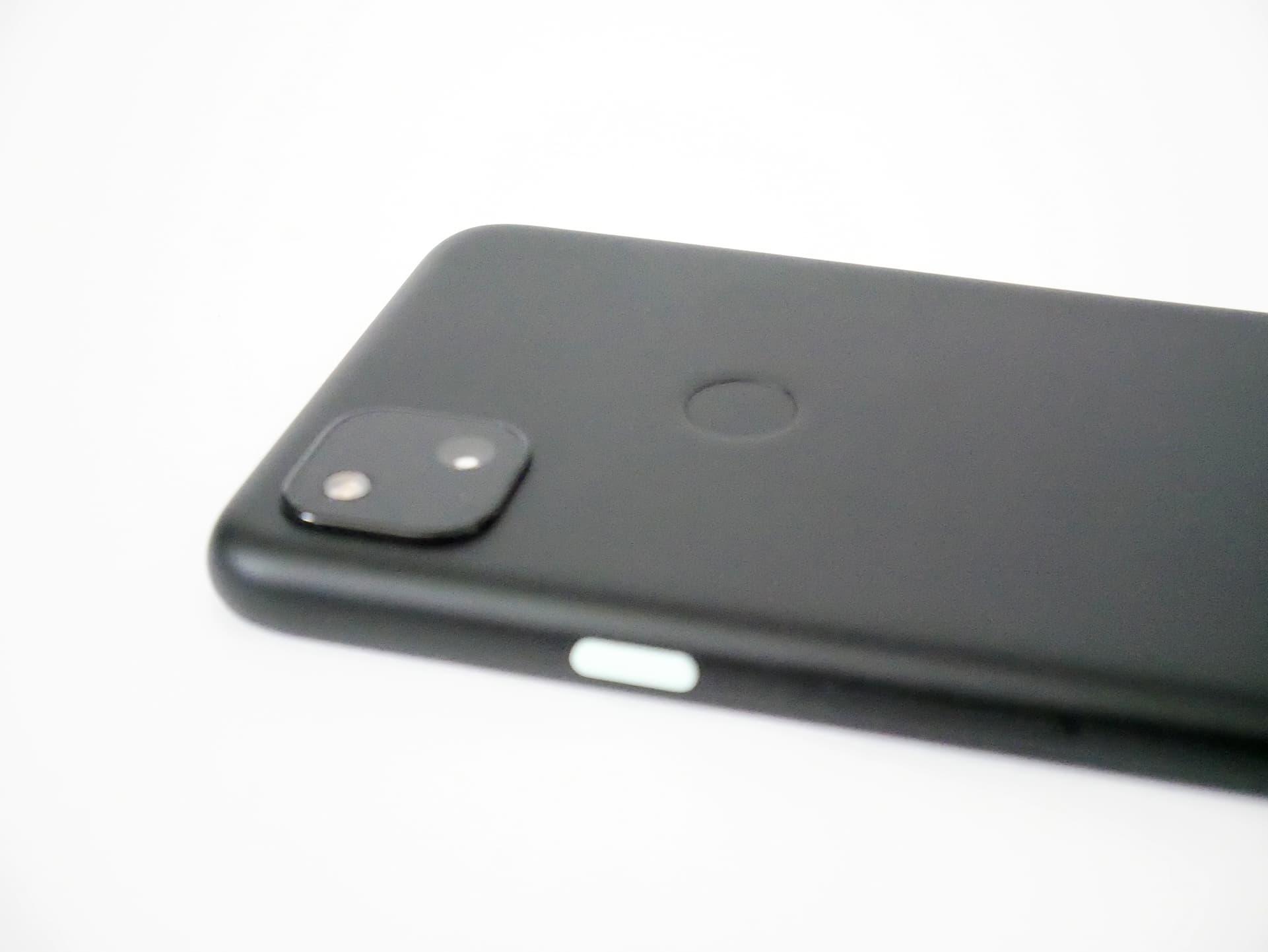 Pixel 4aの背面カメラと電源ボタン