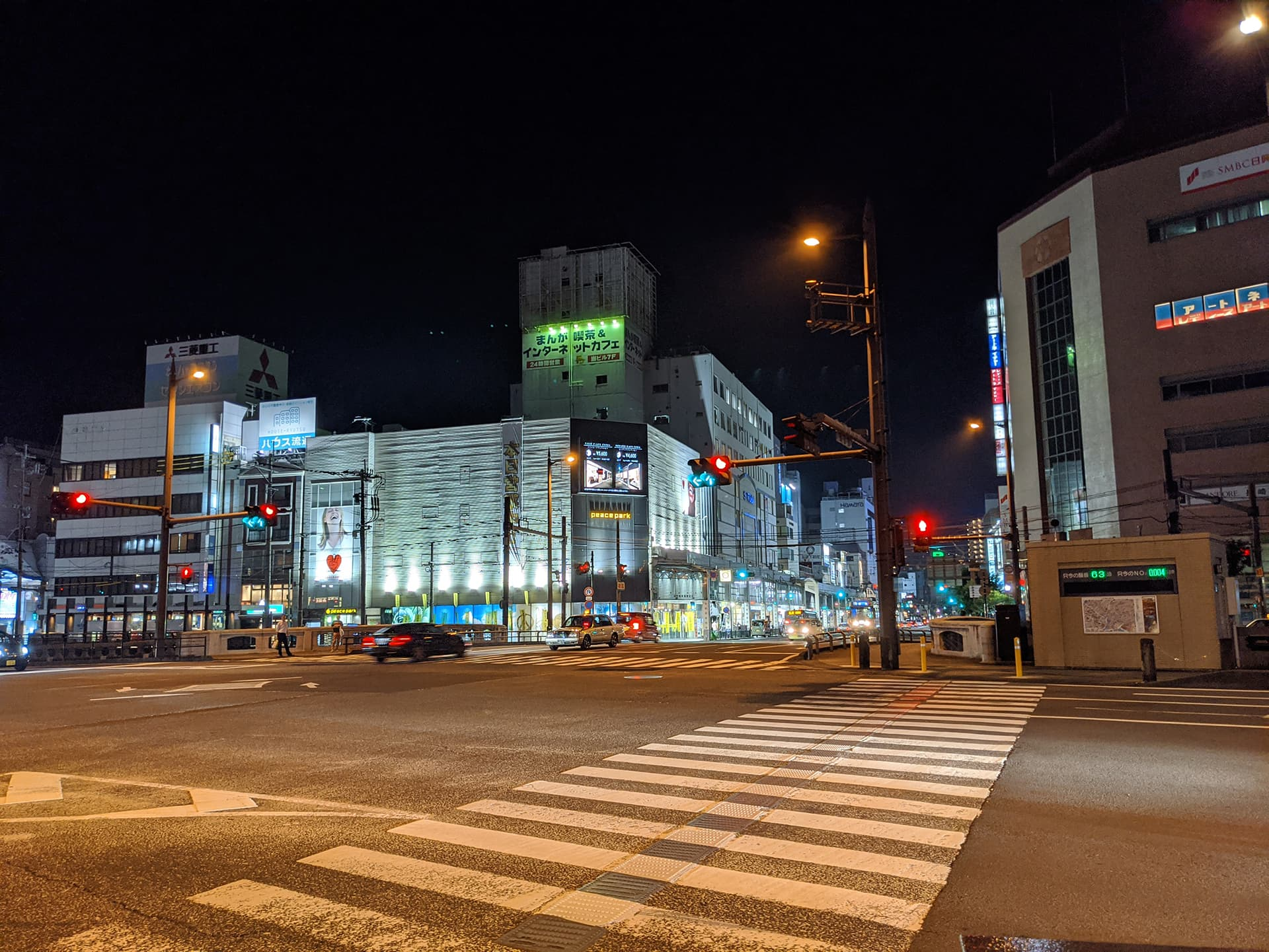 交差点の夜景写真