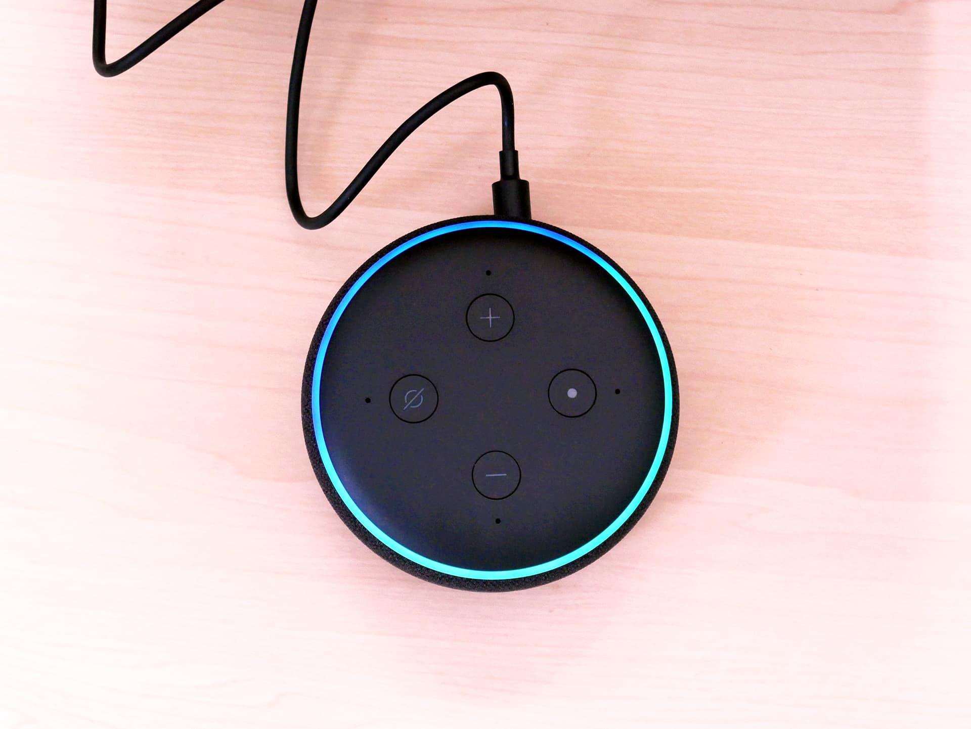 Echo Dot上面で青いライトリングが点灯