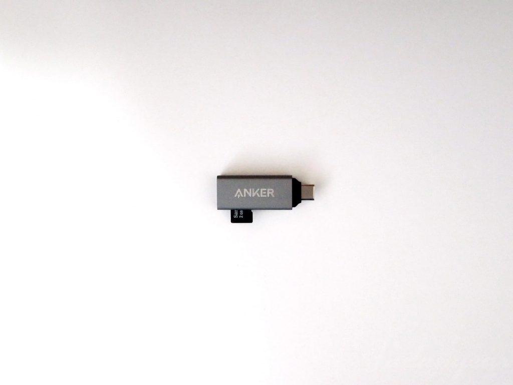 Anker USB-C 2-in-1 カードリーダーにmicroSDカードを差した写真