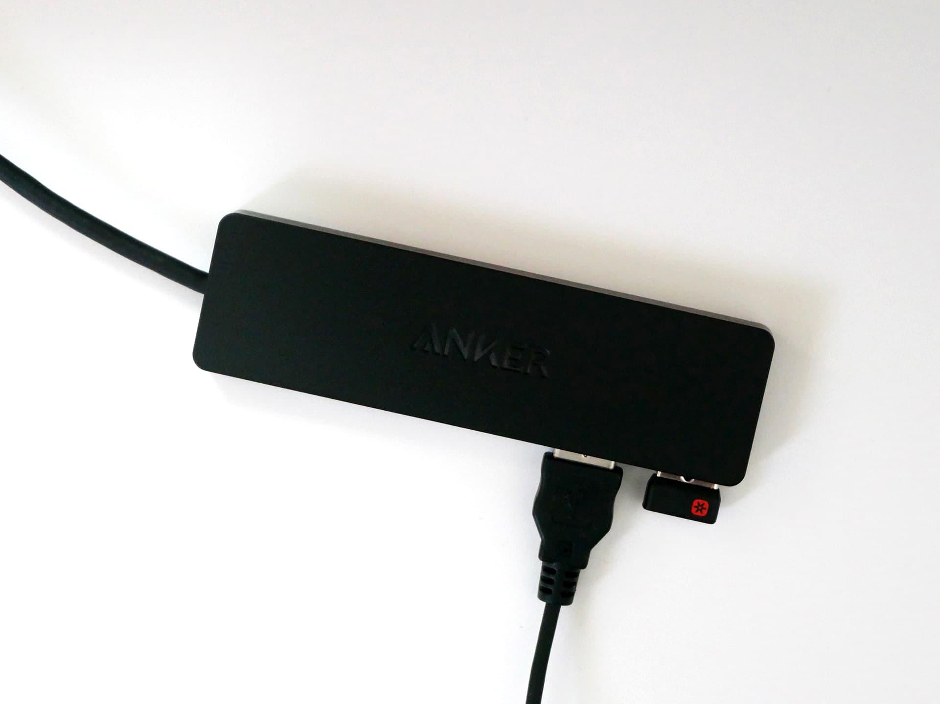 Anker「 Anker 4-Port Ultra-Slim USB 3.0 Hub(60cm ケーブル)」にUSBレシーバー、USBケーブルを接続した状態