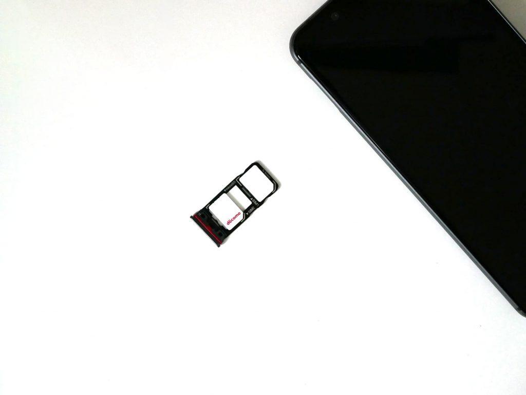 AQUOS sense3からSIMカードトレイを取り出した状態の写真