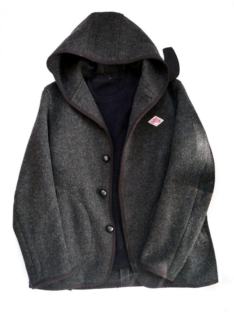 DANTONのジャケットとネイビーのニットの組み合わせ