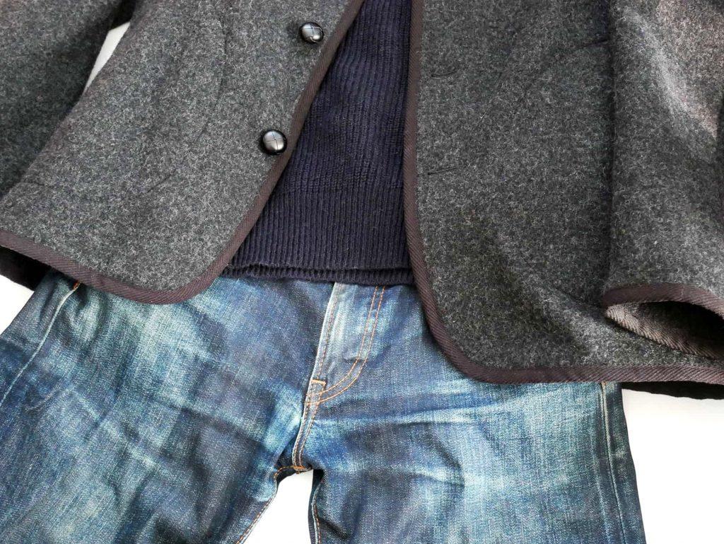 DANTONのジャケットとネイビーのニット、ジーンズの組み合わせ