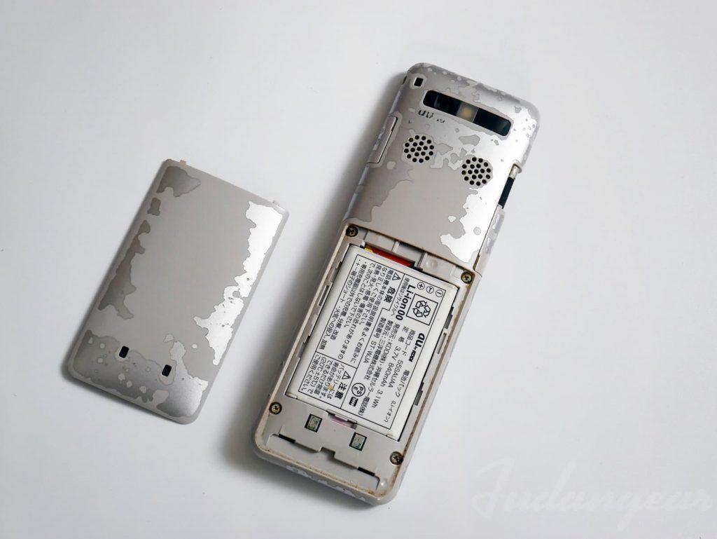 蓋を開けてバッテリーが見えた状態
