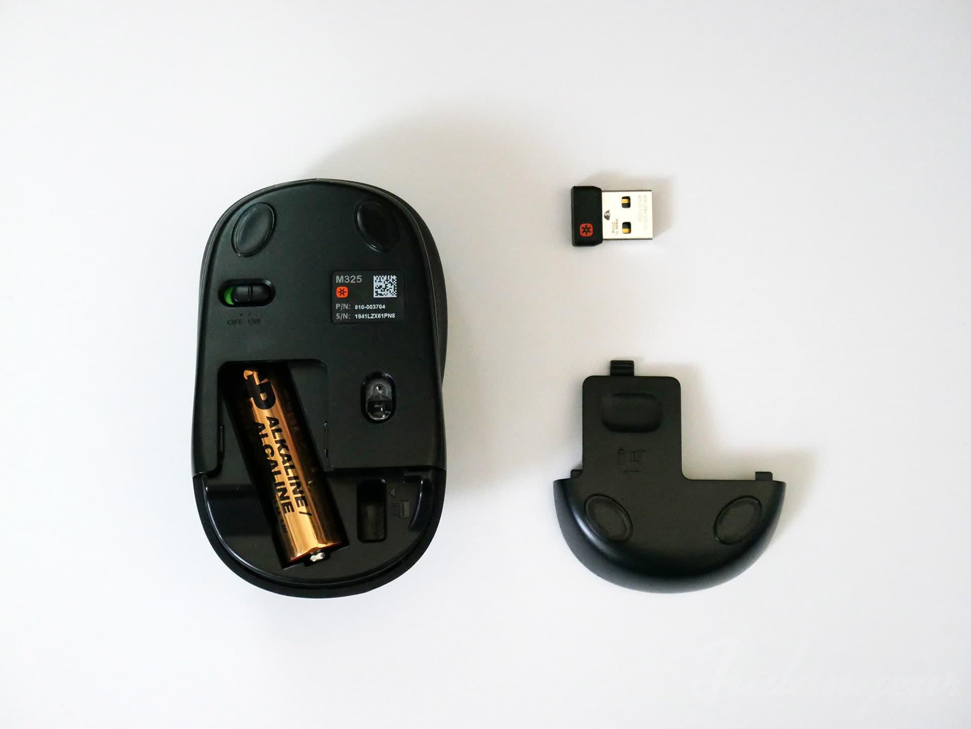 ロジクール「M325」ワイヤレスマウスの裏ブタを開け、マウスと裏ブタ、USBレシーバーを並べた写真