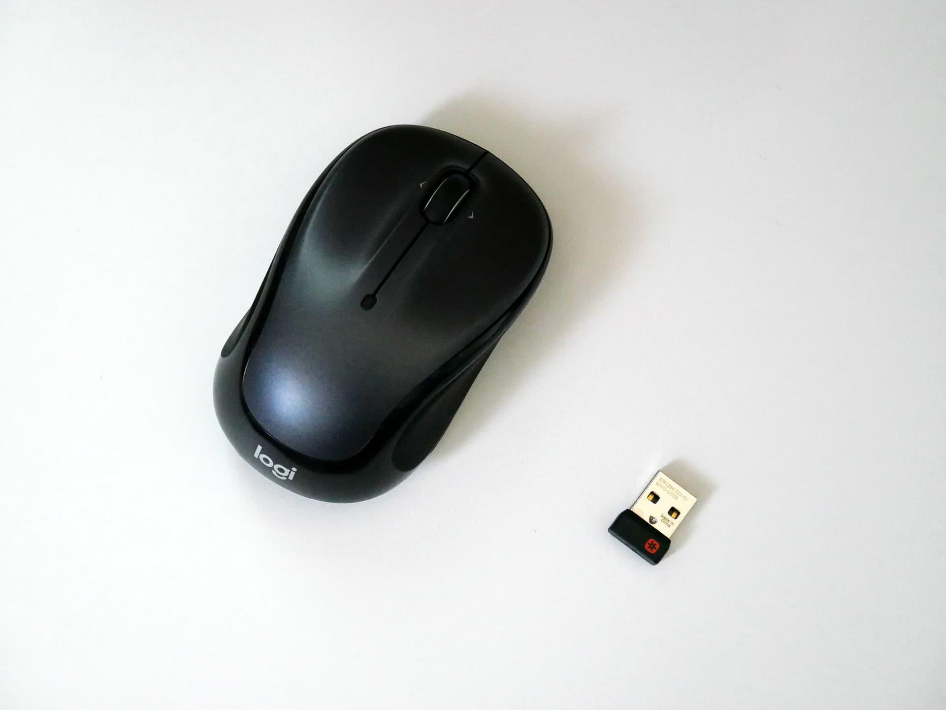 ロジクール「M325」ワイヤレスマウスとUSBレシーバーを並べて撮った写真