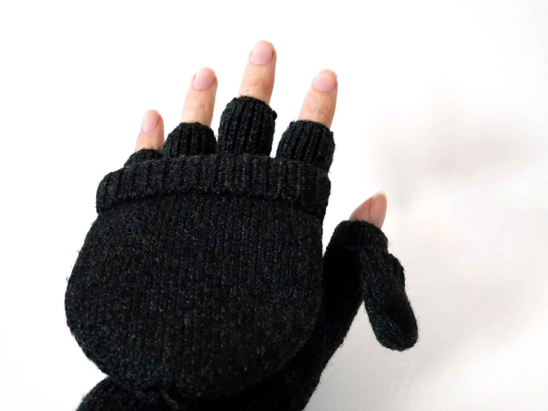ウール混フード付き半指手袋を手にはめた状態