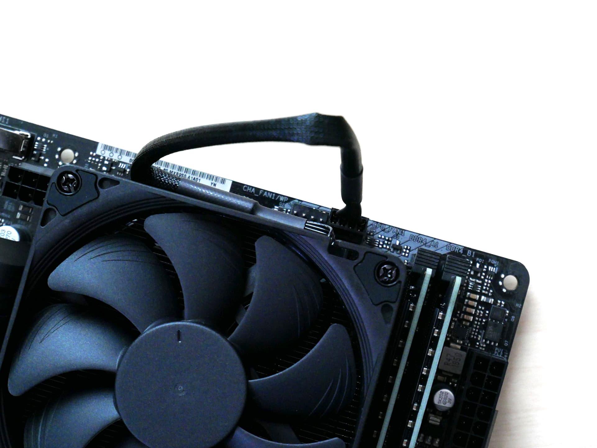 CPUファンのケーブルをマザーボードに接続