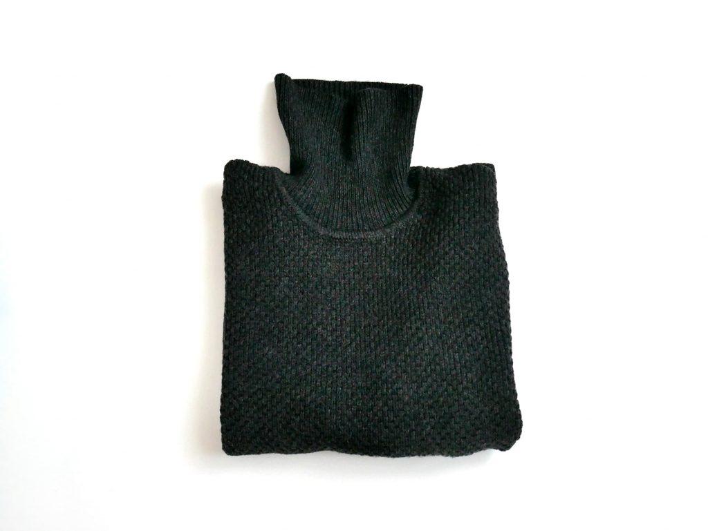 ユニクロ「ミドルゲージタートルネックセーター」折りたたんだ状態の写真