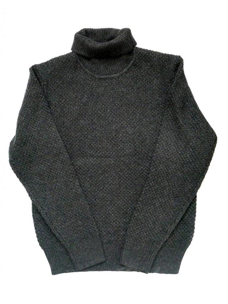 ユニクロ「ミドルゲージタートルネックセーター」俯瞰写真