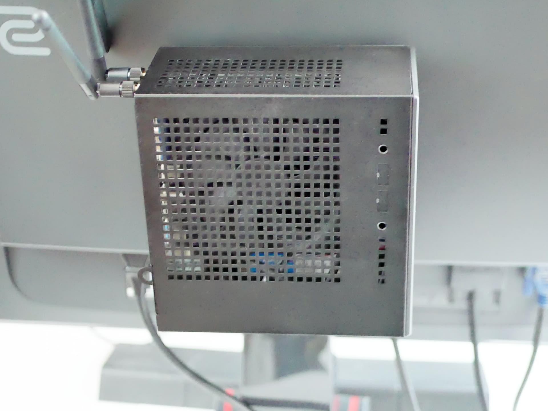 モニター裏に設置したDeskMini本体